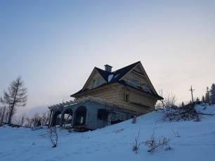 Dom z bali na stoku