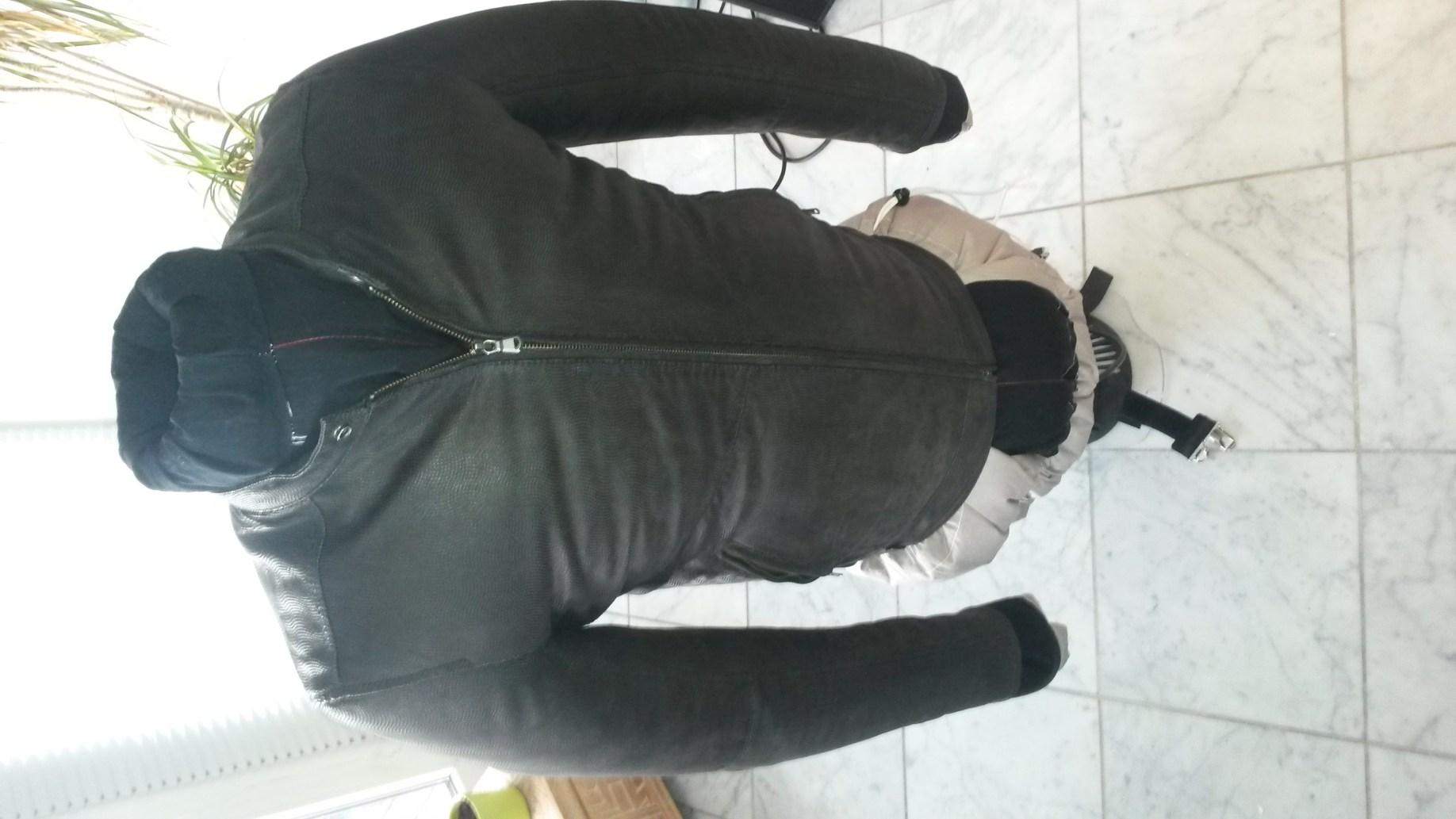 Jacke trocknen mit der Bügelpuppe