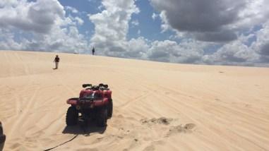 Quadriciclo desatolando buggy na duna