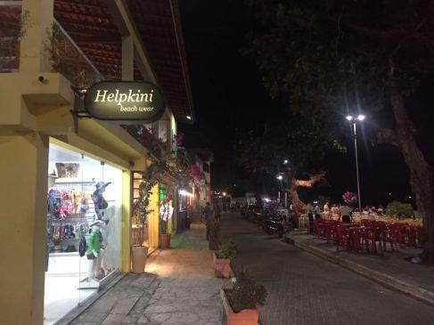 Rua dos restaurantes, à beira do Rio Preuiças