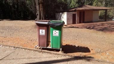 Lixeiras de coleta seletiva no parque Água Mineral, em Brasília