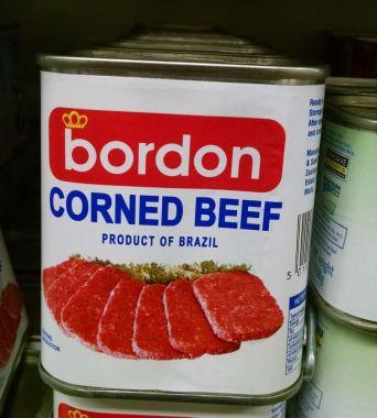 Corned Beef. Produto brasileiro no mercado em Malta. Descrição em inglês.