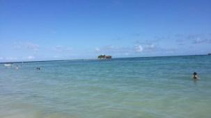 Rocky Cay, quase em frente ao hotel Cocoplum