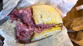 Eis o lendário sanduíche. Parece cru, mas está perfeitamente defumado.