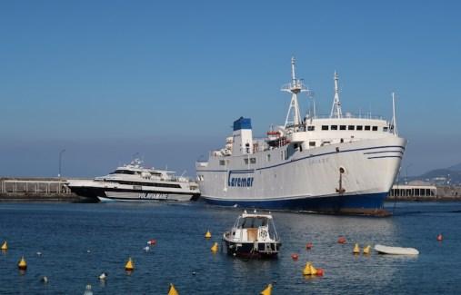Marina Grande e barco da Caremar