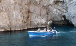Canoa passeia pelo mar de Capri