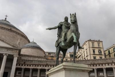 Estátua na Piazza del Plebiscito