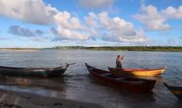 Barqueiro na travessia para Ponta do Corumbau