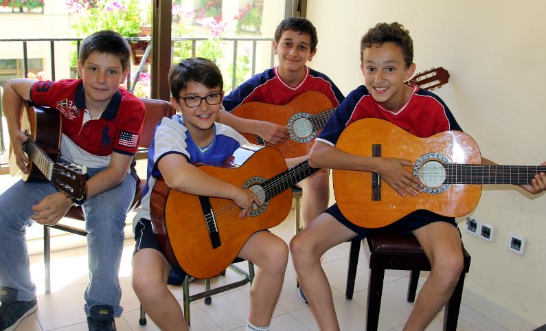 Música. Alumnos de guitarra del colegio Buen Consejo de Madrid. Actividades extraescolares