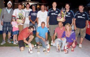 """Die Platzierten des 1. Schöneicher EisstockCup: 3. Platz - Mannschaft """"Ziminga Service"""" links hinten); 2. Platz: 1. Mannschaft """"Bowling B1-Center""""(rechts hinten) und die Sieger des Teams """"Schöneicher Freundeskreis"""" (vorne)"""