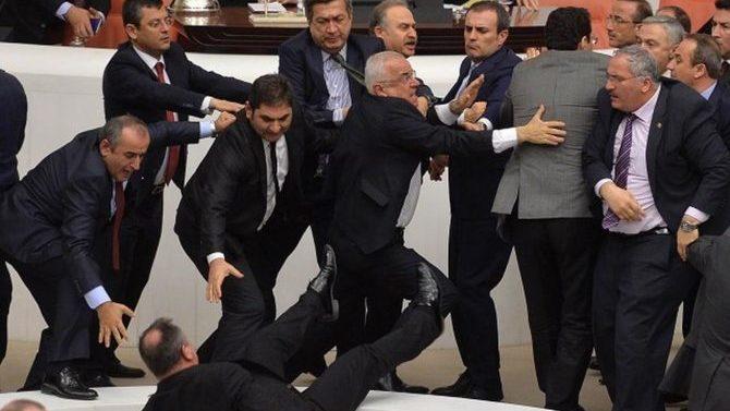 Parlamento turco aprueba una ley electoral en medio de protestas