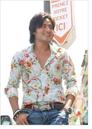 Jang Dong Gun in a floral shirt