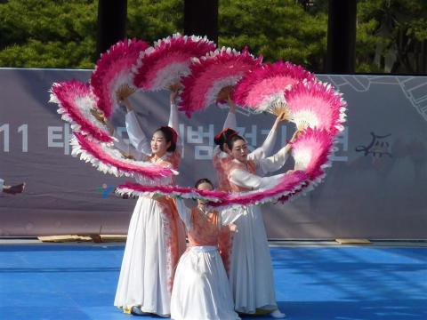 "Korean fan dance - ""Buchaechum"""