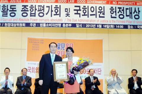 Jasmine Lee receiving her much deserved award.