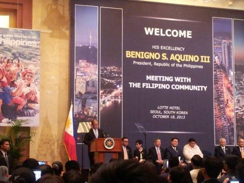 Pnoy Aquino takes the podium to address the Filipinos in Korea