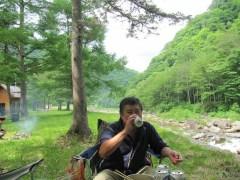 七入オートキャンプ場で美味しいビールを飲む