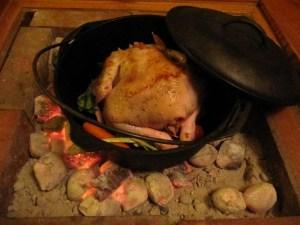 チキンを入れたダッチオーブンを火にかける