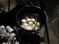 ダッチオーブンでパンを焼く
