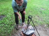 イカを炭火で炙る