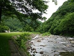 キャンプ場前の実川の流れ