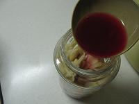ビンに生姜を詰め、梅酢を注ぐ
