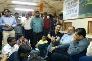 जेपी बिल्डर के दफ्तर पर अधिकारियों को घेर कर बायर्स ने काटा हंगामा, देखें विडियो