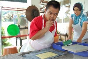 SALAH seorang pekerja sedang menyiapkan produk kertas daripada batang pisang.