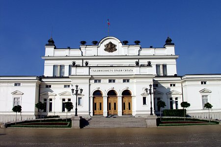 Сградата, в която заседава Четиридесетото Народно събрание, има историческо значение и е обявена за паметник на културата. Тя е построена през 1884 - 1886 г. по проект на арх. Константин Йованович - виенски и швейцарски възпитаник, автор и на проекта на Сръбската скупщина (1891 - 1892 г.). Сградата е изградена в неоренесансов стил, като вътрешно е преустройвана многократно, но основният й изглед е запазен. От 1991 година Народното събрание разполага с още една сграда - това е сградата на площад