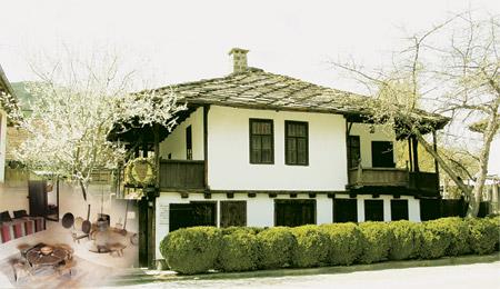"""Музеят на Васил Левски в родния му град Карлово има повече от 70 годишна история. Началото му е свързано с възстановяването на родната къща на Апостола през 1933г. и нейното отваряне като музей през 1937г. През 1954г. къща-музей """"Васил Левски"""" е включена в държавната музейна мрежа. През 1955г. в близост до нея е изградена зала за документална експозиция. Когато тя се оказва малка, през 1965г. в съседство е построена нова сграда, а старата е преустроена в кинозала. От 1993г. е самостоятелен музей. На 21 юли 2000г. той е обявен за държавен културен институт с национално значение и наименование Музей """"Васил Левски"""" – Карлово. ФОТО: Община Карлово"""