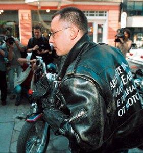 Пременен с якето, дарено му от Джордж Буш, премиерът Сергей Станишев поведе 5000 рокери на събор във Велико Търново. И откри Балканският мотофестивал в любимият си град, яхнал мощна
