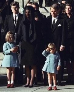 25 Ноември 1963г. Джон Ф. Кенеди Джуниър, който на тзи ден навършва 3 годинки козирува на погребението на татко си Президентът Джон Кенеди. Пред Катедралата Св. Матей във Вашингтон до него е майка му Джаки и сестричката му. ФОТО:СКУИДО