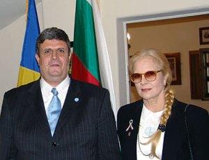 Иво Мускуров - генерален консул на Р България в Лос Анжелис и певицата Силви Вартан, които помогнаха за организирането на шествието в подкрепа и безпрекословна солидарност към българските медицински сестри и палестинският лекар, осъдени на смърт в Либия. ФОТО:Автора