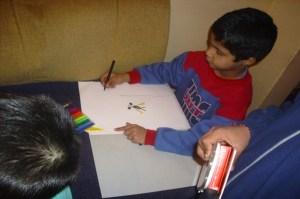 Дарение от пособия за рисуване и писане направи Дарик радио – Шумен на малчуганите в Дом за деца. Отделно частни дарители също дариха ученически пособия. Чрез дарението децата ще могат да подготвят рисунки, с които да участват в конкурс. В него ще могат да участват деца от 1 до 8 клас. За по-големите деца, които не могат да се включат в конкурса, бяха осигурени награди, освен за рисунка, и за написване на есе. ФОТО: Община Шумен