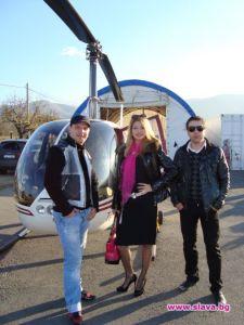Хеликопто-модата в България е заразила най-вече музикалната част на нашите звезди. Сред популярните имена, които хвъркат са групата Deep Zone (на снимката) и фолк-дивата Анелия. Така правят по две участия минимум за ден/вечер, като изминават разстоянието от Столицата до Слънчев бряг за 45 минути. ФОТО:славабг