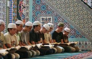 По време на преговор учениците се поклащат напред-назад, което им помага да се концентрират и да наизустяват по-лесно. Не всеки обаче може да получи звание хаффъз, защото такъв се става, след като се наизусти свещеният Коран на оригинален арабски. Той се състои от сури (части), разделени на аяти (знамения). Коранът съдържа 600 страници, разделени на 114 сури, думите са 6666, буквите са 345 000. Снимки: Валентина Петрова,ивестник