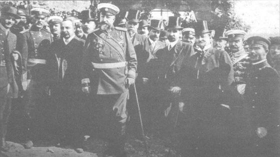 Цар Фердинанд, (на преден план) министър-председателят Александър Малинов, членове на правителството и генерали при обявяването на независимостта на България, Търново, 5 октомври 1908 г. Преди това на 22 септември 1908 г. в черквата
