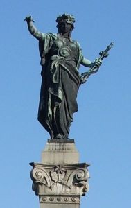 Композицията на Статуята на свободата в Русе е пирамидална. Статуята на върха представлява фигура на жена, която държи меч в лявата си ръка, сочейки с дясната посоката, откъдето са дошли освободителите. Единият от двата бронзови лъва при основата разкъсва с уста робските вериги, а другият пази Меча и Щита на Свободата. На пиедестала има релефни изображения на опълченски сцени. Текстът на главния надпис е следния: