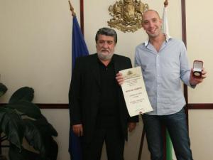През септември тази година министърът на културата Вежди Рашидов награди актьора Захари Бахаров, който участва в новата наша лента