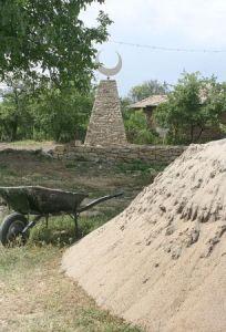 """На 8 юли 2009 г. директорът на Историческия музей в Попово, съобщава за издигнат паметник на незнайния турски войн в село Славяново, който се намира точно срещу джамията в селото и е висок около 6 метра. Представлява каменна пирамида с полумесец с окръжност с размер 1,5 метра. Паметникът е издигнат от нерегламентирана организация, наричаща се Български червен полумесец, която е разследвана за раздаване на продукти, с цел купуване на гласове по време на евроизборите през юни. Тогава е повдигнат и въпросът, че по закон не може да съществува такава организация в България. Прокуратурата е сезирана и решава да бъде съборен. ДПС отрича да има нещо общо с организацията, издигнала паметникът. На 26 септември 2009 г. в поповското село Славяново е учредена партия """"Мюсюлмански демократичен съюз"""
