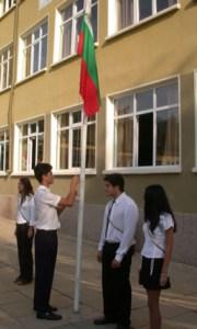 По традиция училищата в България започват новата учебна година с издигането на националния флаг.
