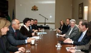 Министър-председателят Бойко Борисов благодари за подкрепата и подчерта, че предишното правителство, за съжаление, е сключило договори, които не са финансово обезпечени. По този начин или се затруднява реализирането на проектите, или трябва да плащаме огромни неустойки, подчерта премиерът. Двамата обсъдиха и сътрудничеството между България и САЩ, както и въпроса за отпадане на визите при пътуване на български граждани в САЩ. Много съм доволен от срещата, която имах във Вашингтон с външния министър Румяна Желева преди дни, подчерта пред премиера специалният пратеник Ричард Морнингстар. ФОТО: МС