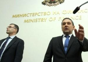 Икономиката ще отбележи ръст от 1-1,5% тази година. Това прогнозира новият финансов министър в служебното правителство Калин Христов (дясно), като пое поста от Симеон Дянков (ляво). Бившият подуправител на БНБ не даде конкретен отговор, но подчерта, че правителството ще работи в рамките на разписания бюджет.