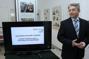 Председателят на ДАА Доц. д-р Мартин Иванов съобщи през 2012 г., че българският архив бил петият в света след САЩ, Великобритания, Норвегия и Холандия, който публикува данни в Уикипедия. Част от държавния архив на България е публикуван в Уикипедия, се разбра м.г. 2012., като сред първите нови неща, които бяха качени са протоколите на Политбюро, полицейските досиета на Тодор Живков, списъци на загиналите по време на Балканските войни, данни за Националната опера и балет. ДАА е първата официална институция в България, която започва партньорство с Уикипедия. За българския архив бе информиран и създателят на Уикипедия Джими Уейлс. Националният архивист на Съединените щати Дейвид Ферио пък е пое ангажимент да изпрати американски експерти у нас. ФОТО: БТА