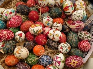 Великденските яйца са специално боядисани или нарисувани яйца, които се поднасят на Великден. Най-важният цвят е червеният. Освен в други цветове, яйцата могат да се боядисват и украсяват с различни орнаменти, лепенки и т.н. Великденските яйца се боядисват в четвъртък или събота преди Великден. И могат да се консумират едва когато настъпи самият Великден, в неговото навечерие и през седмицата след това.