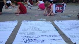 Деца рисуват с цветни тебешири в пространството на площада пред Президентството. Сред сюжетите са слонче, къщи, усмихнати лица. Около тях са закачени плакати