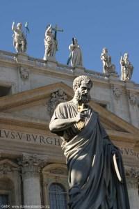 Статуята на Св. Петър пред базиликата в Рим, Светецьт държи в ръцете си ключовете от Царството Небесно. Мнозина смятат, че тази статуя има чудотворни способности и многобройни поклонници от цял свят прилепват устни до бронзовия ѝ крак.
