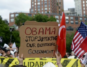 Протестиращите в Турция издигнаха плакати със зов към Президента на САЩ Барак