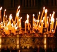 """Запалете свещичка! Значението на Задушница е голямо. Това не е само ден, в който близките и роднините на покойника се събират край гроба му, за да """"ядат и пият"""". Поменът, който се прави, е и възпоменание на живите за починалия, че не е забравен. Според богослови това е връзката между земната и небесната Църква."""