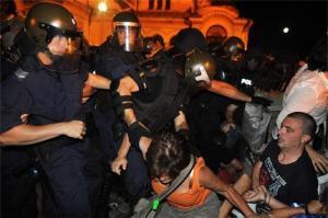 23 юли 2013 г. Протести в България. За първи път полицията упражни сила за овладяване на положението. След като бе докаран специален голям автобус за да извози депутатите, солидно охраняван от Жандарменията, стана стълкновение на полицаите с протестиращите седнали на земята. Фото: Ройтерс