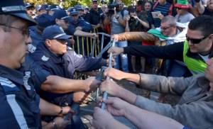Около 10:00 и 11:00 ч.б.вр. част от протестиращите срещу правителството се опитваха да пробият кордона от полицаи пред служебния вход на Народното събрание. Униформените не им позволиха, като кордонът бе много плътен от цели пет редици полицаи. Протестиращите, които бяха най-отпред, призоваха всички останали участници в протеста да се включат и да им помогнат. Те започнаха да издърпват и обръщат загражденията, като здравите стоманени прътове се огъваха между ръцете на полицаите и протестиращите. До по-сериозни екцесии не се стигна.